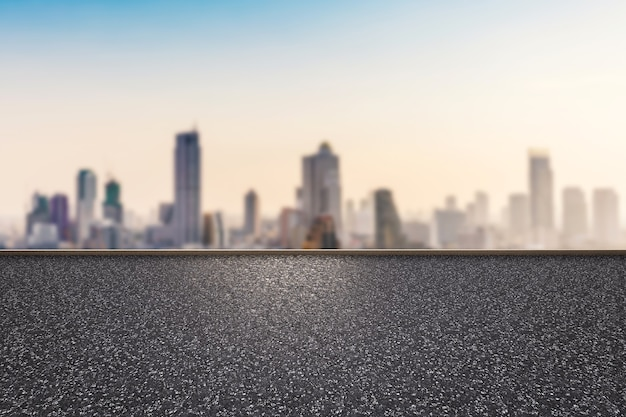 都市景観の背景を持つ3dレンダリングの道端