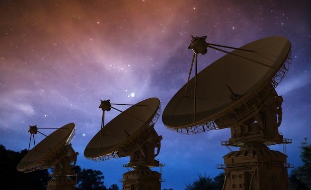 3d рендеринг спутниковой антенны в ряд на фоне сумеречного неба