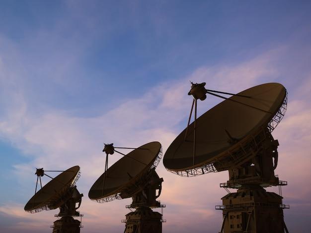 3d рендеринг спутниковой антенны на фоне сумеречного неба