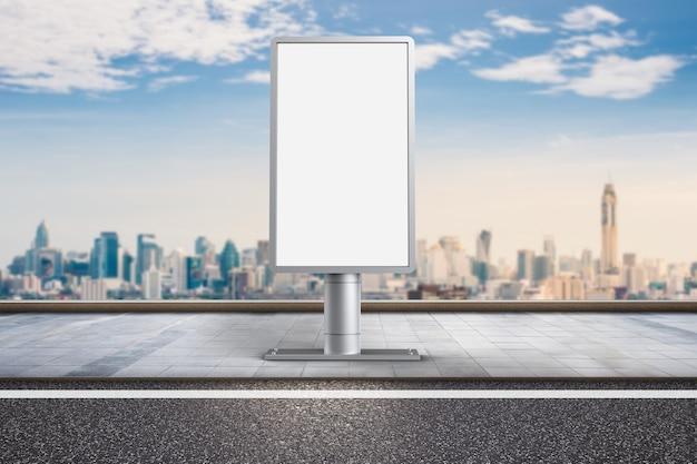 3d-рендеринг вертикального рекламного щита на фоне городского пейзажа