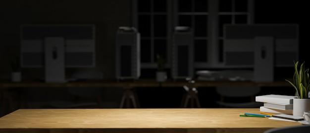 3d-рендеринг деревянного стола с канцелярскими горшками и копией пространства в комнате домашнего офиса ночью