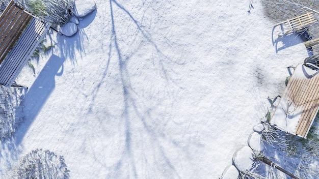 コピースペースと冬の雪の背景に公共公園の庭の舗装の3d上面図