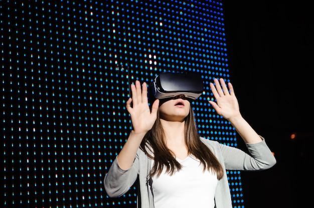 Молодая женщина испытывает очки виртуальной реальности. 3d.