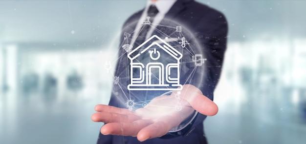 Бизнесмен держа умный домашний интерфейс с переводом значка, статистики и данных 3d