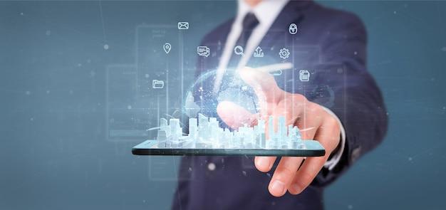 Бизнесмен держа умный город пользовательский интерфейс с значком, статистикой и переводом данных 3d