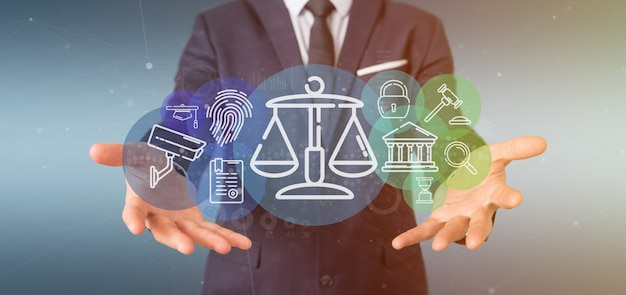 Бизнесмен держа пузырь значка правосудия и закона с переводом данных 3d
