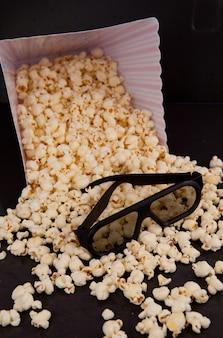 ボックスから落ちるポップコーンの3dメガネ