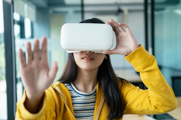 Молодой программист с очками виртуальной реальности для тестирования 3d-приложений.