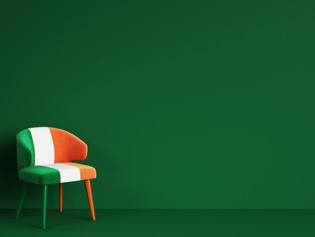 コピースペースと緑の壁にアイルランドの国旗の色の椅子。 3dレンダリング