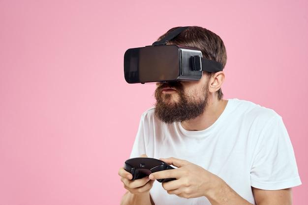 Мужчина в 3d очках играет в компьютерную игру