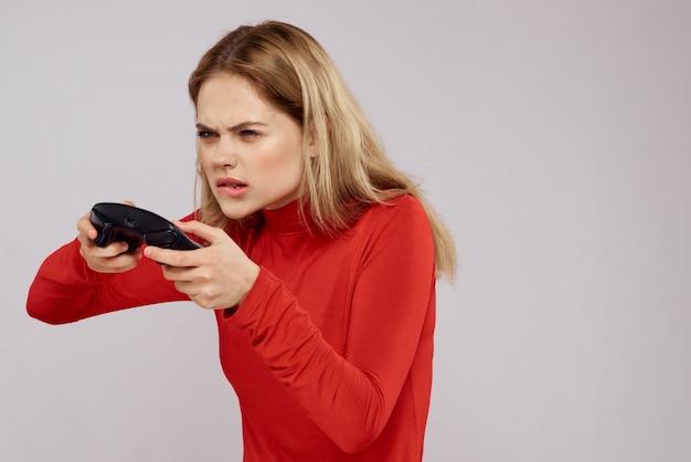 Женщина в 3d очках играет в компьютерную игру на консолях с джойстиками в наушниках