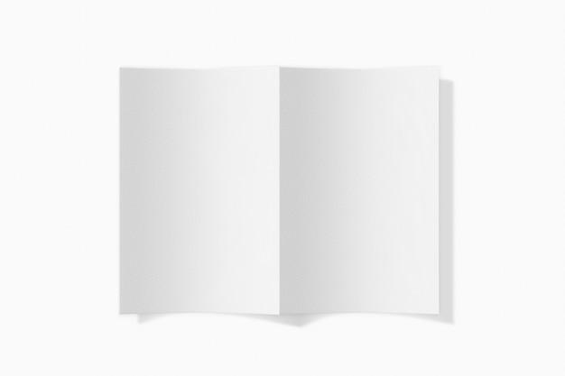白い背景に分離された垂直の小冊子。 3dレンダリング。