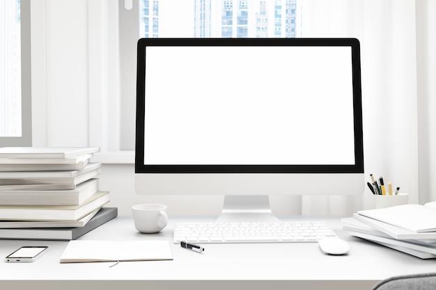 Вид спереди рабочей площадки с пустым белым экраном компьютера, чашкой кофе и книгой в домашней квартире. макет,. 3d-рендер