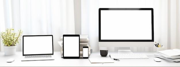 Вид спереди рабочей площадки с пустым белым экраном компьютера, планшетом и смартфоном и книгой на дому. макет,. 3d-рендер