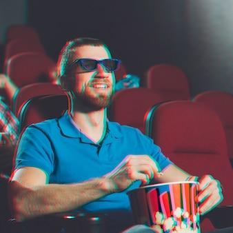 3d映画を見る笑顔の男