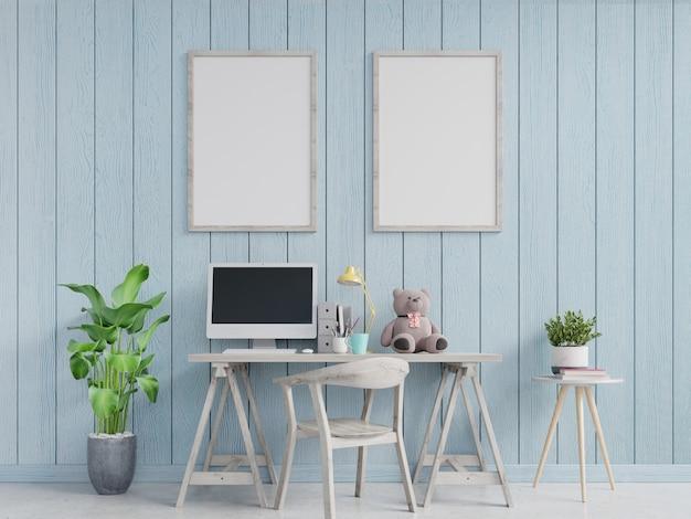 水色の壁と額入りの縦型ポスターのモダンなホームオフィスのインテリア。 3dレンダリング
