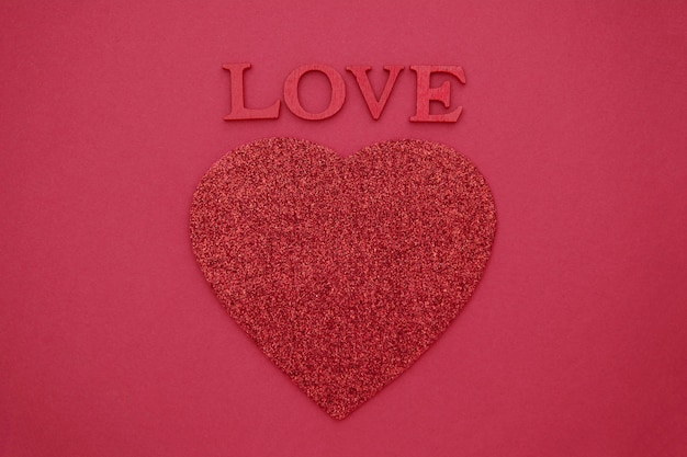 Любовные надписи, 3d деревянные красные буквы на красном с красным сердцем. открытка ко дню святого валентина