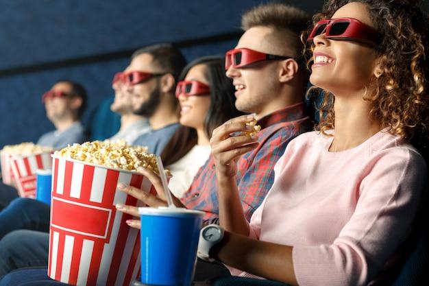 3dで見る。映画館で映画を見ながら一緒に座ってポップコーンを食べている友人