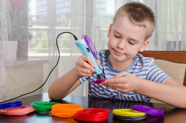 Мальчик с помощью пера 3d. счастливый ребенок делает цветок из цветного абс пластика