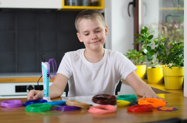 Ребенок с помощью 3d-ручки