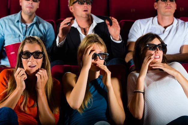 Группа людей, которые смотрят 3d фильм в кинотеатре