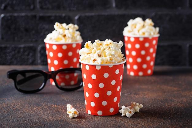 Попкорн с 3d очки на темном фоне