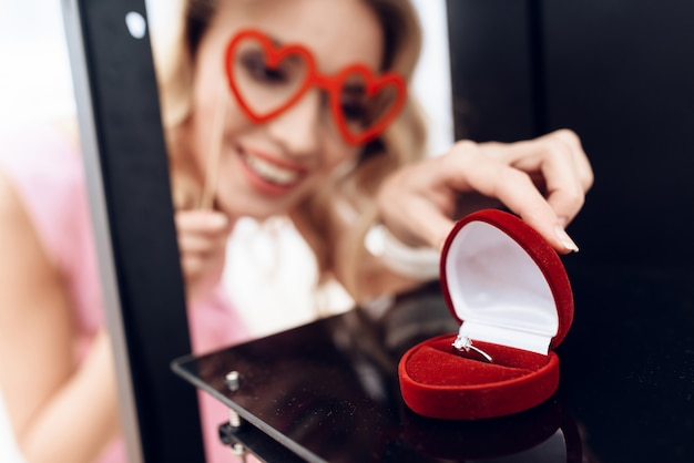 金髪は3dプリンターの結婚指輪を見ています。