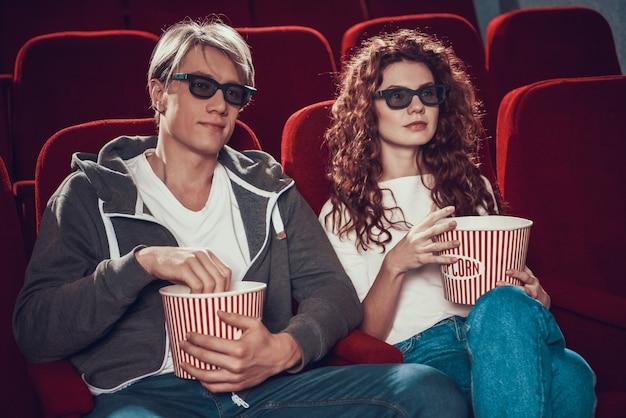 Белокурая и красная с волосами женщина с стеклами 3d.