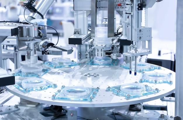 工場で作業する組立ラインの自動ロボット。スマートな工場業界4.0のコンセプト。