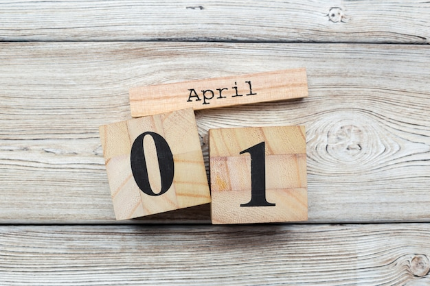 4月1日。木製のテーブルに4月1日の木製色カレンダーのイメージ。春の日