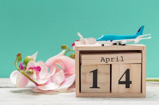 4月14日。 4月の14日目、青のテーブルのカレンダー。春の時間