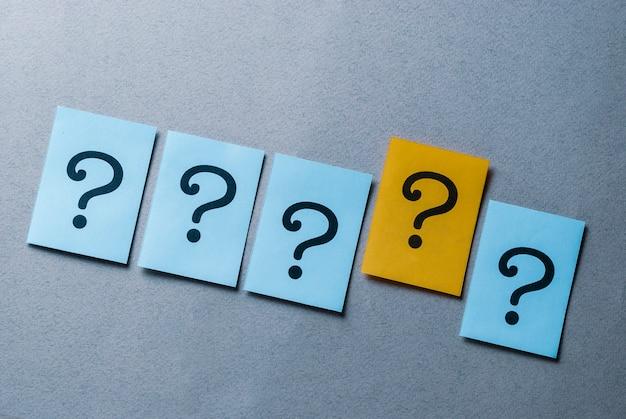 青に4つの疑問符、黄色に1つ