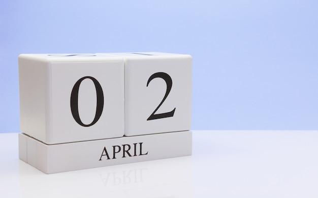 4月2日月の日02、反射と白いテーブルの上の毎日のカレンダー