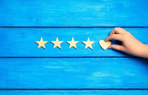 4つの星と青い背景に心。評価5星、編集の選択