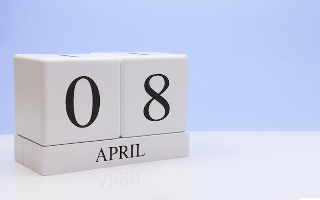4月8日月の日08、反射と白いテーブルに毎日のカレンダー