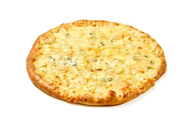 Пицца 4 сыра с белым соусом и хрустящими сторонами, изолированные на белом фоне Premium Фотографии