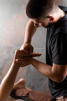 스파에서 다리와 발의 4 손 마사지. 마사지 오일로 마사지를 만드는 전문 안마사. 기분 전환,