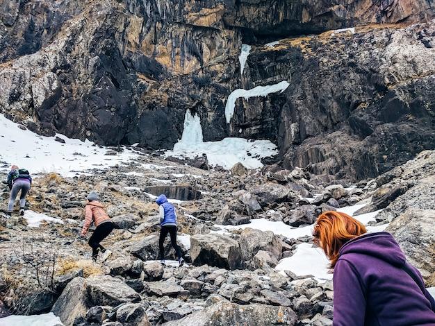 4 women climb