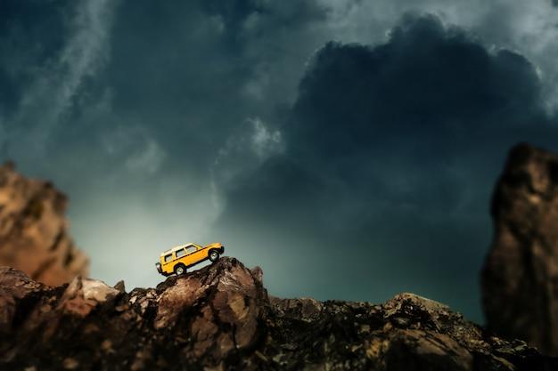 田舎道を横断する4 x 4のオフロード車。四輪駆動オフロード車の旅行とレースのコンセプト。