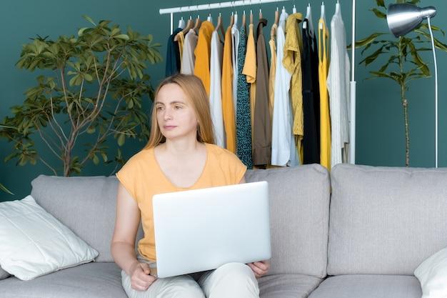40 50 плюс женщина среднего возраста светлая одежда желто-зеленый ноутбук онлайн диван комната