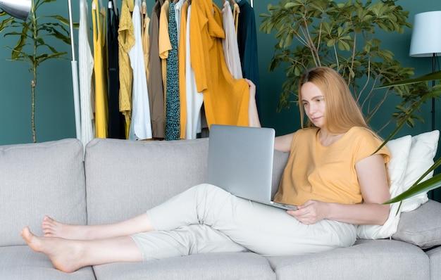 4050プラス女性中年金髪服黄緑ラップトップオンラインソファルーム