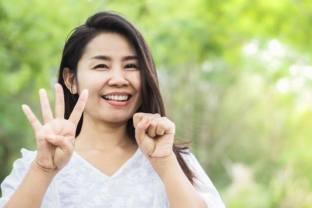 幸せなアジア女40歳公園