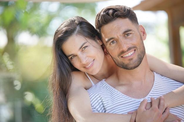夏の日の40歳のカップルの肖像画