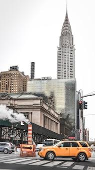 42 번가 파노라마. 그랜드 센트럴 터미널 역 외관, 건물 및 택시. 미국 뉴욕