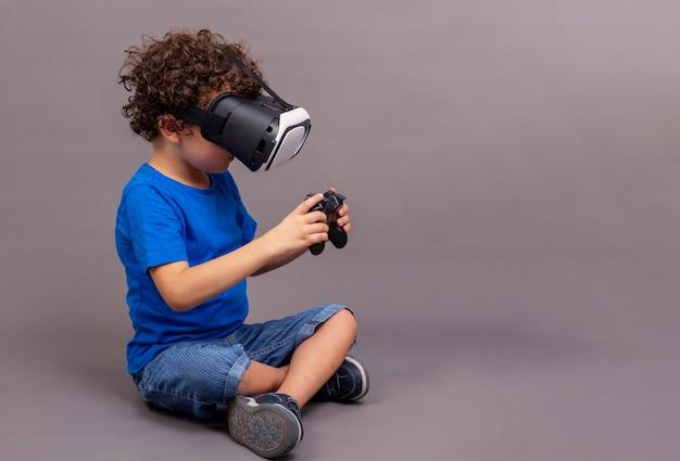 45-летний мальчик сидит на полу с очками виртуальной реальности и игровыми контроллерами в руках