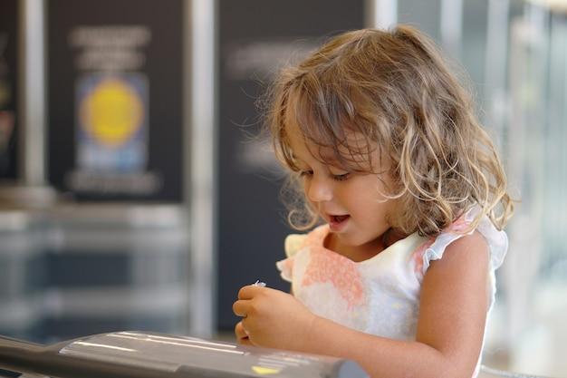 4歳の女の子がスーパーでチョコレートの卵を見て