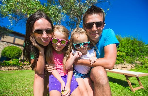 熱帯の休暇に4人の美しい家族の肖像画