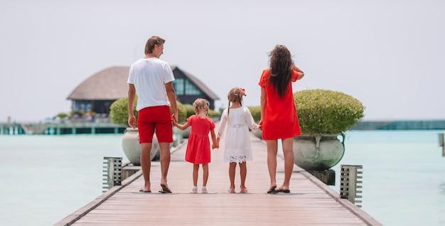 ビーチでの休暇に4人家族は楽しい時を過す