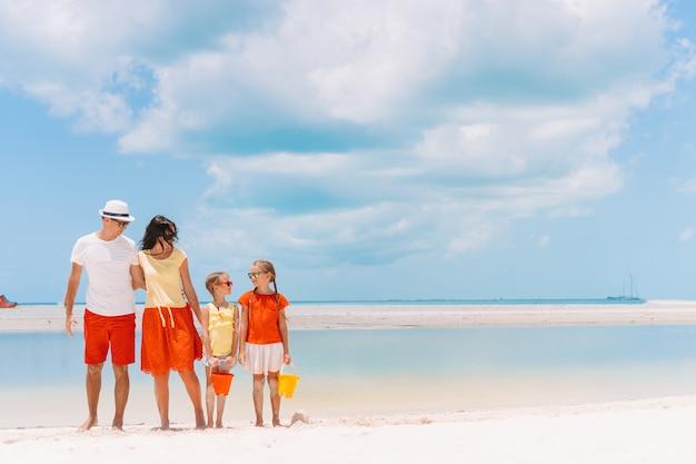 熱帯のビーチで4人家族