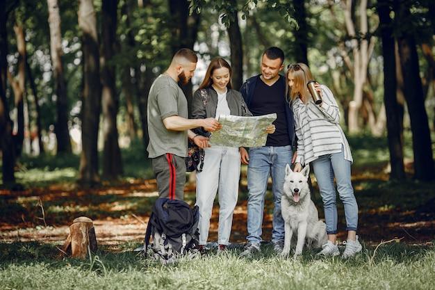 4人の友人が森で休憩
